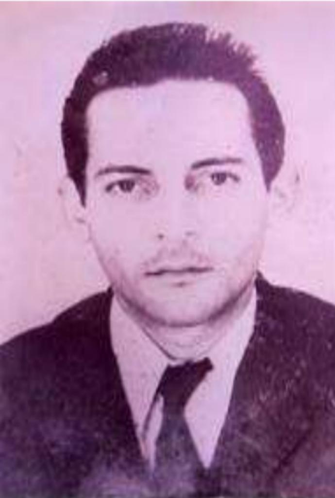 José Timóteo Ferreira, veste um terno preto com gravata